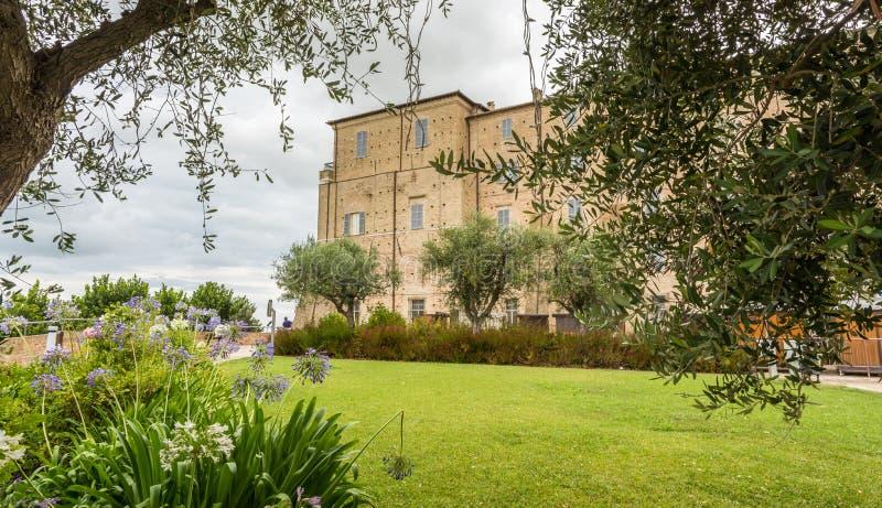 Santuario de la casa santa de Loreto, marzos, Italia Vista del palacio apostólico y del jardín imagenes de archivo