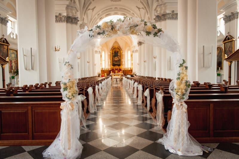 Santuario de la iglesia antes de una ceremonia de boda fotos de archivo libres de regalías