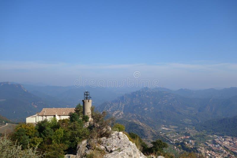 Santuario de Queralt Telecomunicaciones sobre las montañas fotos de archivo
