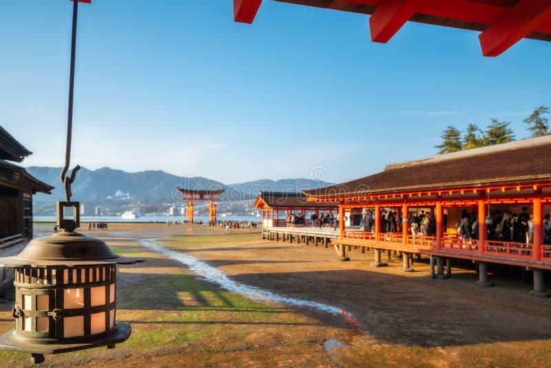 Santuario di Itsukushima con il portone famoso di Torii all'isola di Miyajima, Giappone fotografie stock libere da diritti
