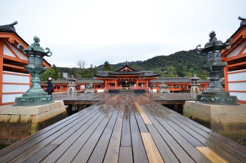 Santuario di Itsukushima di visita dei turisti il 12 dicembre 2014 in Miyaji immagine stock libera da diritti