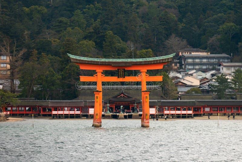 Santuario di Itsukushima, portone di galleggiamento di Torii, isola di Miyajima, Giappone fotografie stock libere da diritti