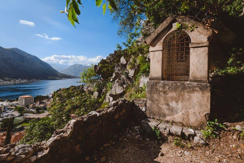 Santuario di pietra sul percorso della fortezza di Cattaro immagini stock