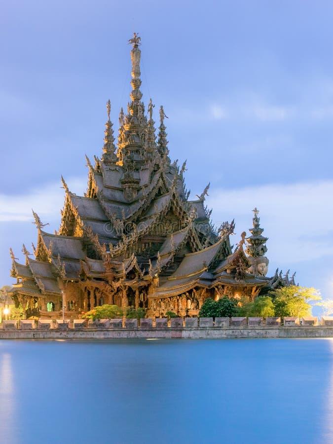 Santuario di verità, Pattaya TAILANDIA alla sera fotografia stock