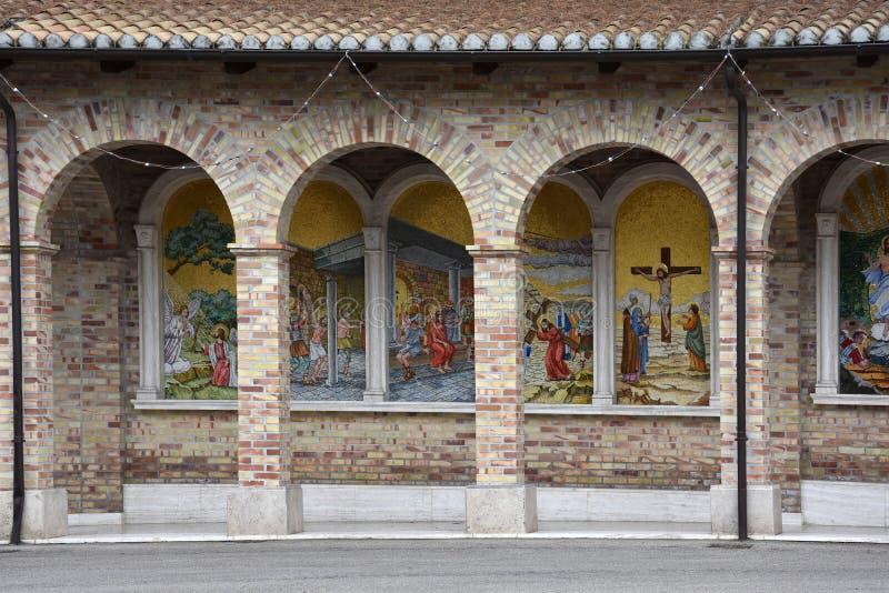 Santuario Madonna del esplendor en Giulianova imagenes de archivo
