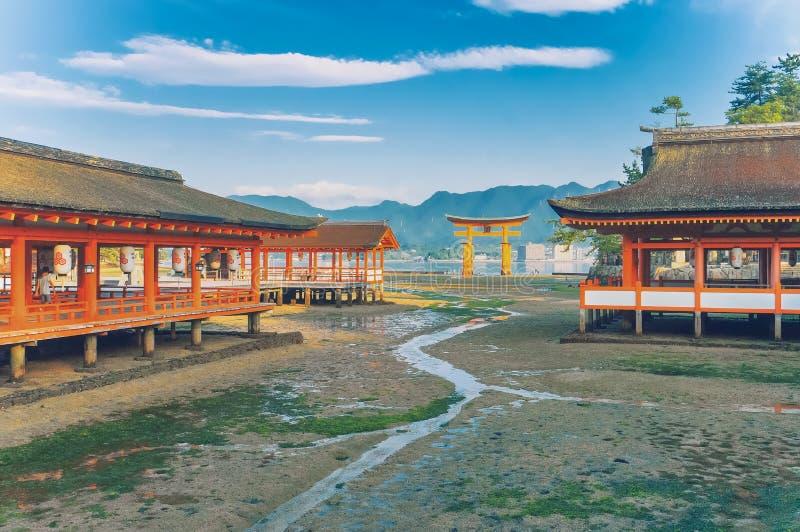 Santuario shintoista di Itsukushima, uno dei patrimoni mondiali: Il portone di galleggiamento a Hiroshima, Giappone immagini stock libere da diritti