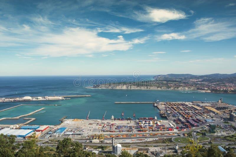 Santurce, PAÍS VASCO, ESPAÑA, el 12 de octubre de 2018 El puerto a lo largo del estuario de Bilbao y de la costa de Guecho imagen de archivo libre de regalías