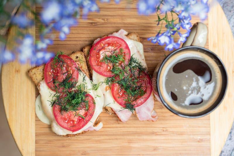 Sanwiches do café da manhã da manhã imagens de stock