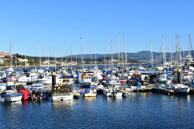 Sanxenxo, Espanha Em outubro de 2018 Indústria da navigação e de pesca em uma vila litoral pequena: Barcos em um cais Dia ensolar fotos de stock