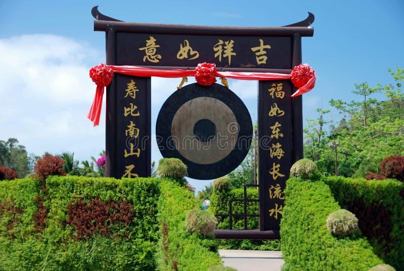 SanYa, China: Gong & Poort bij Tempel Nanshan stock foto's