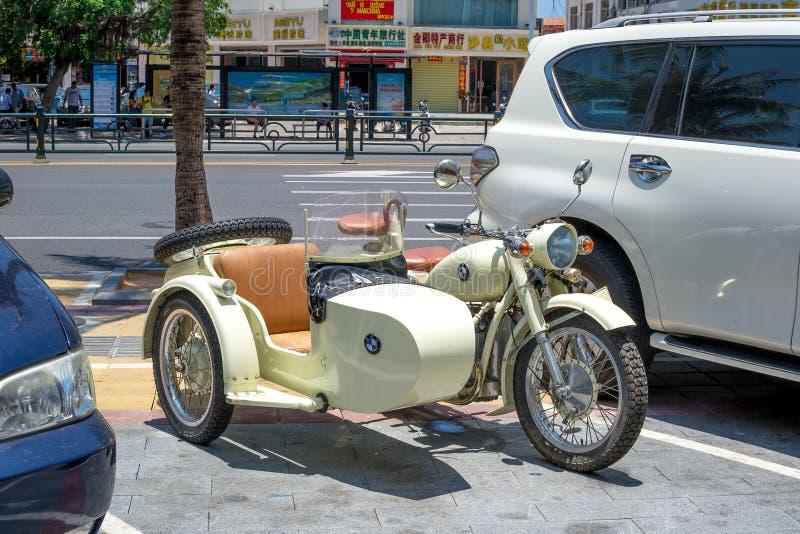 Sanya, China - Mei 18, 2019: De zeldzame motorfiets met een wandelwagen met een BMW-embleem wordt geparkeerd dichtbij de markt royalty-vrije stock afbeeldingen