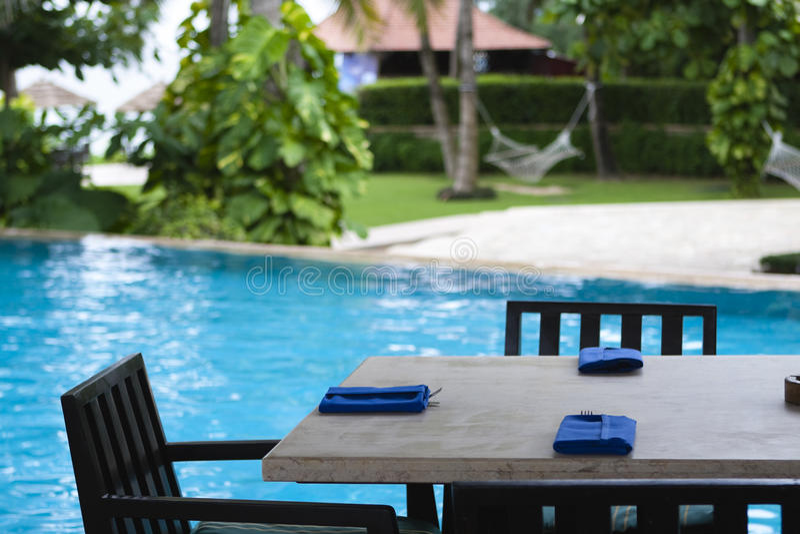 Sanya: tabela de jantar do poolside imagens de stock royalty free