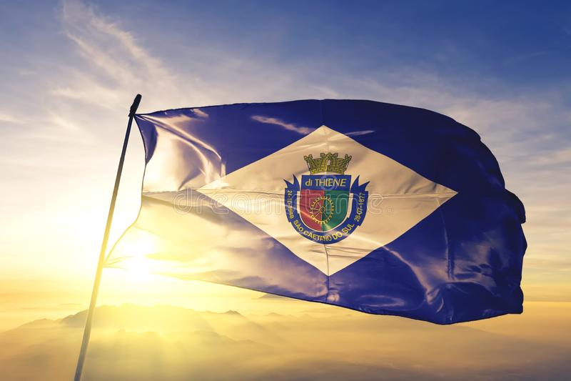 Sao Caetano do Sul, vlag van Brazilië, zwaait op de bovenste zonsopnevelmist stock foto's