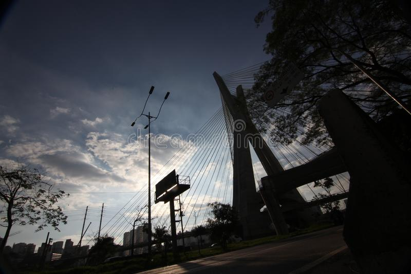 Sao el Pablo-BRASIL/paisaje urbano hermoso con coches, motos y tráfico en el camino de la carretera con los rastros ligeros borro fotos de archivo libres de regalías