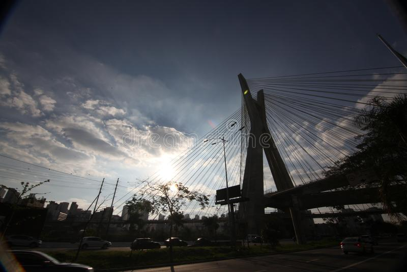 Sao el Pablo-BRASIL/paisaje urbano hermoso con coches, motos y tráfico en el camino de la carretera con los rastros ligeros borro fotos de archivo