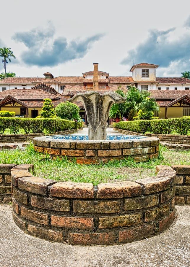 SAO JOSE DOS CAMPOS, SAO PAULO, BRÉSIL - 27 DÉCEMBRE 2018 : Fontaine de parc de Vicentina Aranha avec le bâtiment principal à l'a images stock