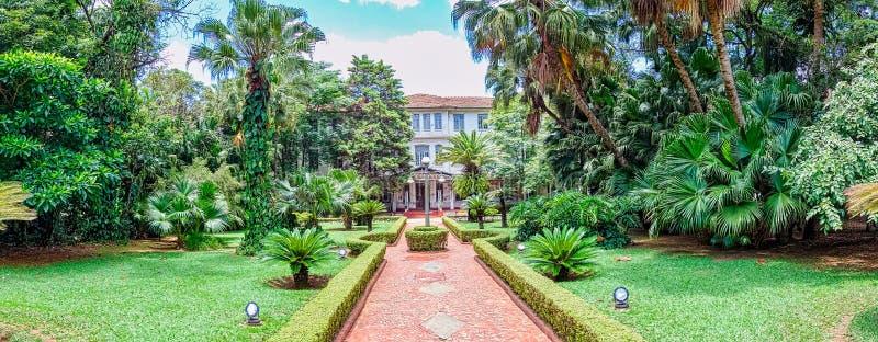 SAO JOSE DOS CAMPOS, SAO PAULO, BRASILIEN - DECEMBER 27, 2018: Vicentina Aranha parkerar huvudbyggnad, tidigare sanatorium arkivfoton