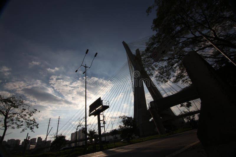 Sao Paulo-БРАЗИЛИЯ/красивый городской пейзаж с автомобили, мотоциклы и движение на дороге шоссе с запачканными следами автомобиле стоковые фотографии rf