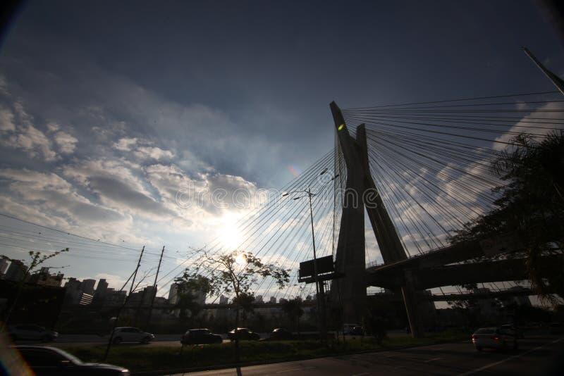 Sao Paulo-БРАЗИЛИЯ/красивый городской пейзаж с автомобили, мотоциклы и движение на дороге шоссе с запачканными следами автомобиле стоковые фото