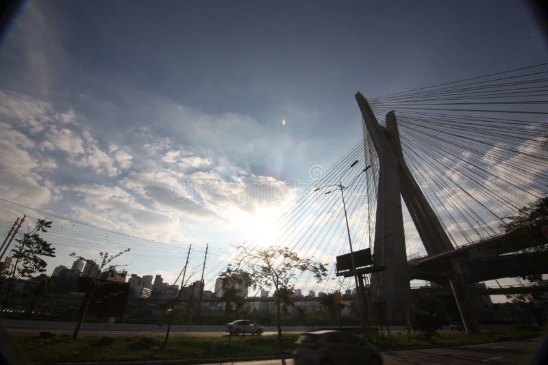 Sao Paulo-БРАЗИЛИЯ/красивый городской пейзаж с автомобили, мотоциклы и движение на дороге шоссе с запачканными следами автомобиле стоковые изображения rf