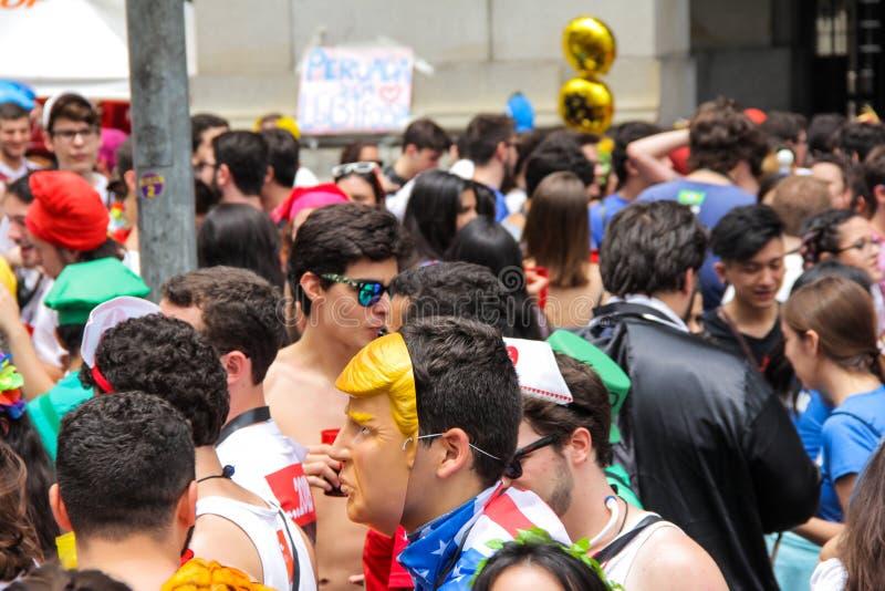 Sao Paulo, Brésil - octobre, 20 2017 Le noceur emploie le masque du ` s de Donald Trump sur l'événement photo libre de droits