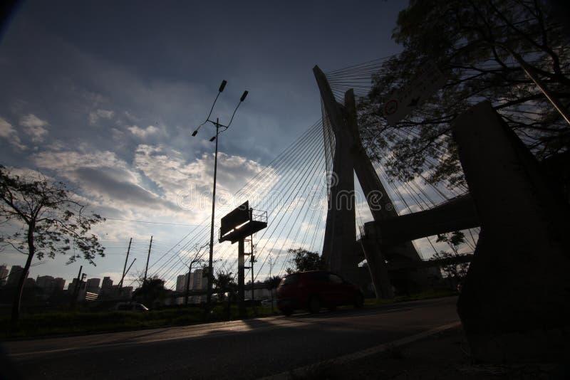 Sao Paulo-BRASIL/arquitetura da cidade bonita com carros, velomotor e tráfego na estrada da estrada com as fugas claras borradas  fotografia de stock royalty free