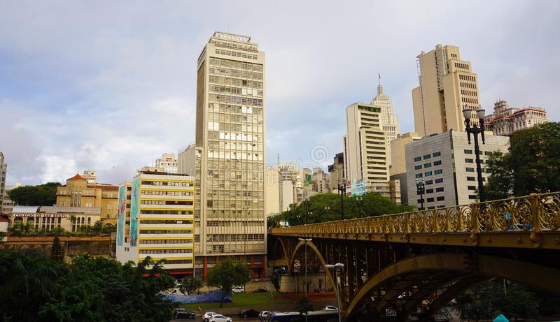 SAO PAULO, BRASILE - 16 MAGGIO 2019: Viadotto di Santa Ifigenia su paesaggio urbano del centro di Sao Paulo fotografia stock libera da diritti