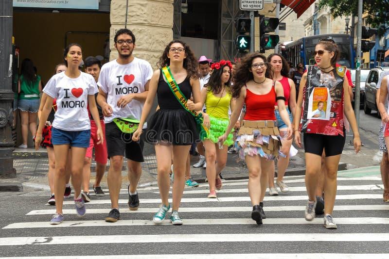 Sao Paulo, Brasile - ottobre, 20 del 2017 I festaioli stanno attraversando la via Vestiti della protesta sulla politica nazionale fotografie stock