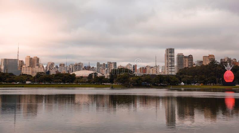 Sao Paulo/Brasilien - April 10 19: Ibirapuera parkerar, springbrunnar, cityscape royaltyfri foto