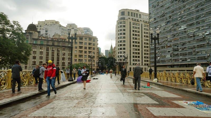 SAO PAULO BRASILIEN - MAJ 16, 2019: folk som korsar den Santa Ifigenia viadukten på centret för exklusivt bruk av gångare royaltyfri fotografi
