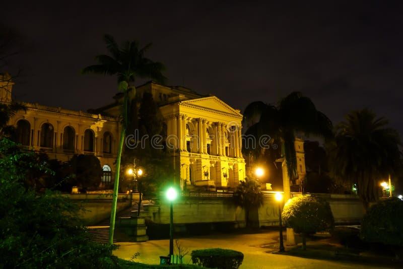 Sao Paulo/Brazilië - Jun 20 19: Ipirangamuseum, bij nacht wordt verlicht die stock afbeeldingen