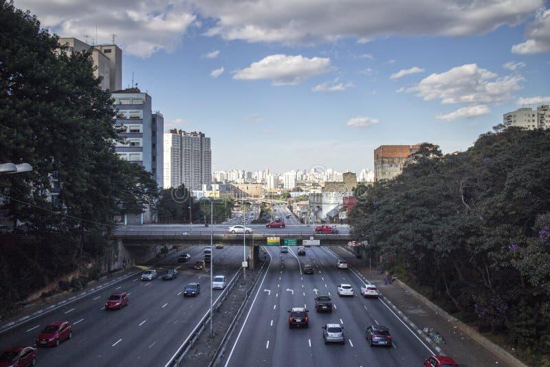 Sao Paulo Cityscape View met weg, verkeer en hoge stijgingsgebouwen stock fotografie