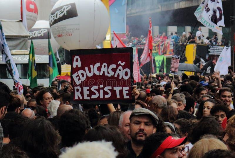 Sao Paulo/Sao Paulo/el Brasil - puede la manifestaci?n pol?tica popular 15 2019 contra la falta de presupuesto en afectar de la e fotos de archivo libres de regalías