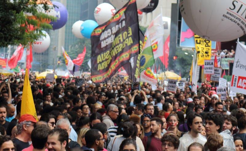 Sao Paulo/Sao Paulo/el Brasil - puede la manifestaci?n pol?tica popular 15 2019 contra la falta de presupuesto en afectar de la e imágenes de archivo libres de regalías