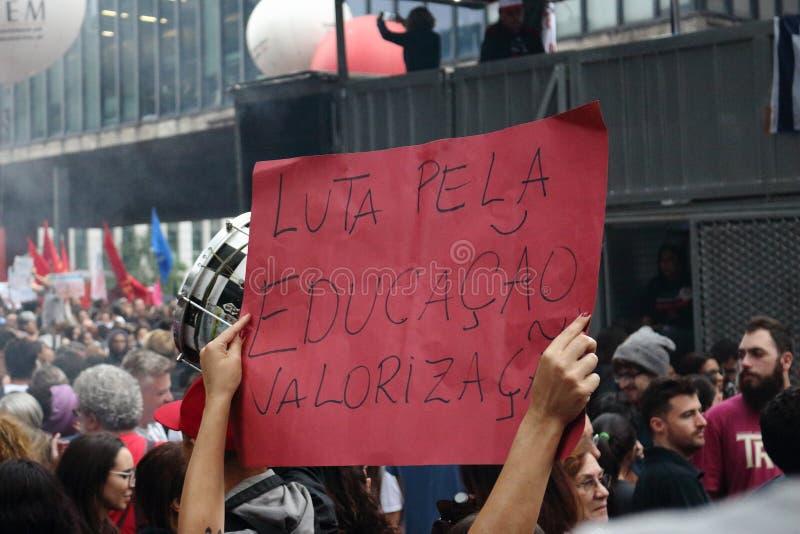 Sao Paulo/Sao Paulo/el Brasil - puede la manifestaci?n pol?tica popular 15 2019 contra la falta de presupuesto en afectar de la e foto de archivo libre de regalías