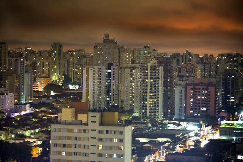 Sao Paulo en la noche imagenes de archivo