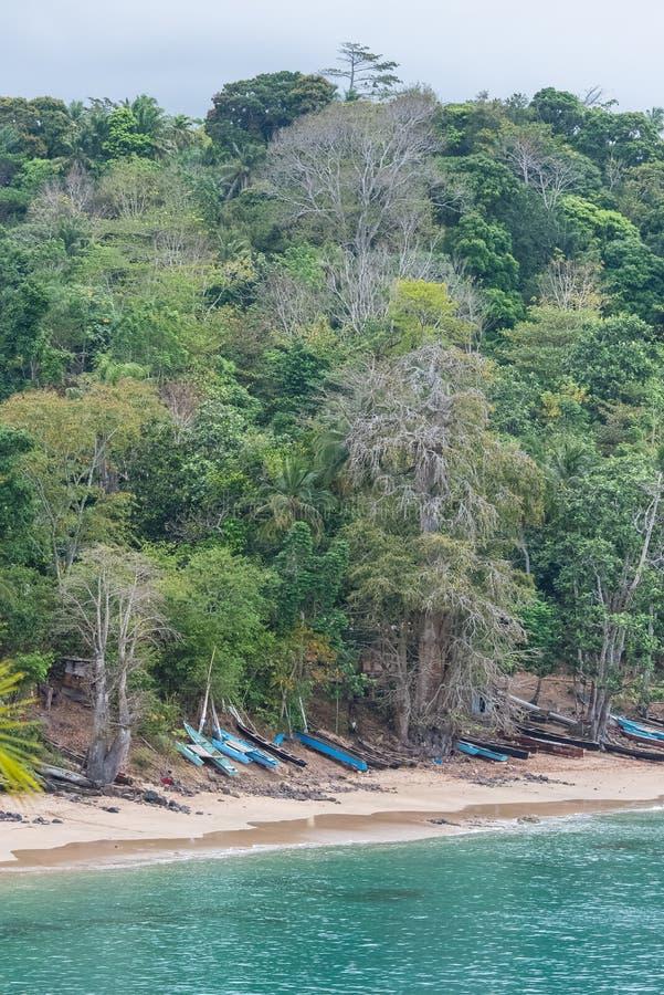 Sao Tomé, dugouts op het strand stock fotografie