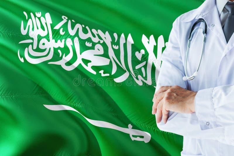 Saoedi-arabische Arts die zich met stethoscoop op de vlagachtergrond van Saudi-Arabië bevinden Het nationale concept van het gezo royalty-vrije stock fotografie