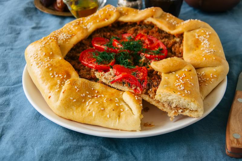 Saoedi-arabische ayshabu laham of Saoedi-arabische pizza of vlees traditionele galette, stock fotografie