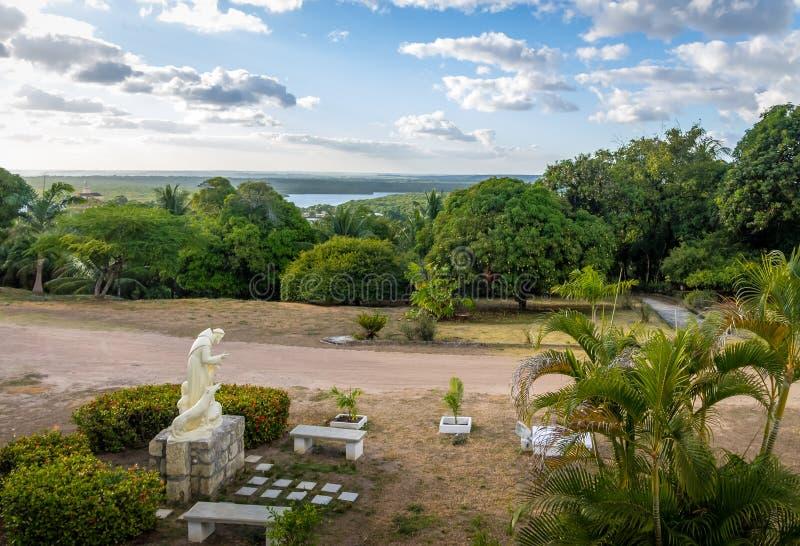 SaoFrancisco Church trädgård och Paraiba flod - Joao Pessoa, Paraiba, Brasilien royaltyfria foton