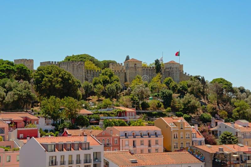 SaoJorge slott på en bergstopp ovanför Lissabon royaltyfri foto