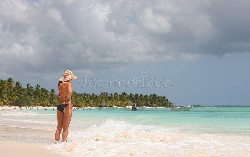 Download Saona κοριτσιών παραλιών στοκ εικόνα. εικόνα από άμμος - 22775987