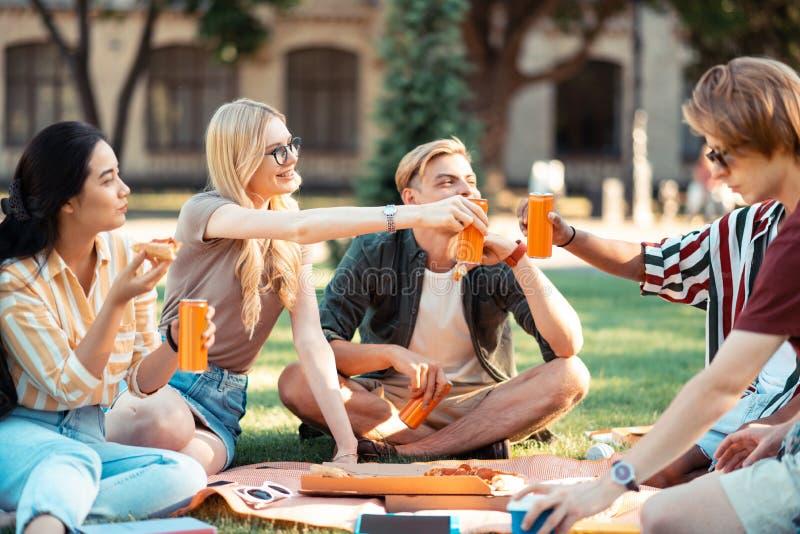 Sap drinken en studenten die vierend hun graduatie eten stock foto
