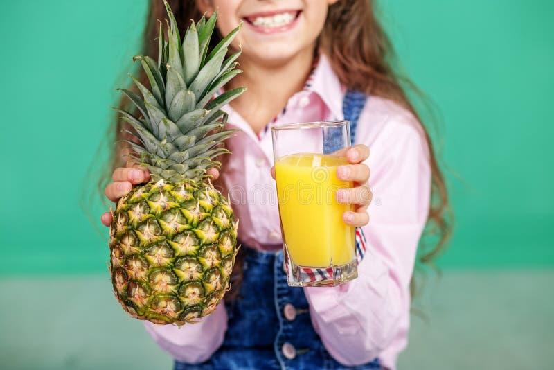 Download Sap In Een Glas En Een Ananas Het Concept Gezonde Lifesty Stock Afbeelding - Afbeelding bestaande uit gezondheid, greep: 107703887