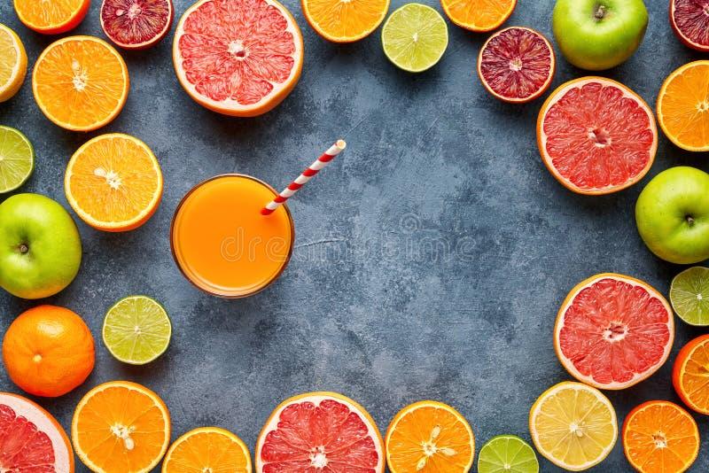 Sap met citrusvruchten, appel, grapefruit op blauwe achtergrond Hoogste mening, selectieve nadruk Detox, het op dieet zijn, het s stock foto