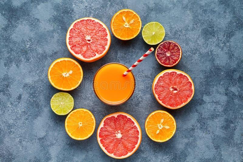 Sap met citrusvruchten, grapefruit op blauwe achtergrond Hoogste mening, selectieve nadruk Detox, het op dieet zijn, het schone e stock afbeeldingen