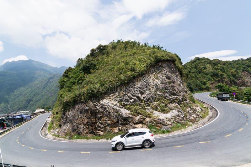Sapa,越南- 2019年5月:电车吨通行证的,番西邦峰白色驾车弯曲的山路 免版税库存照片