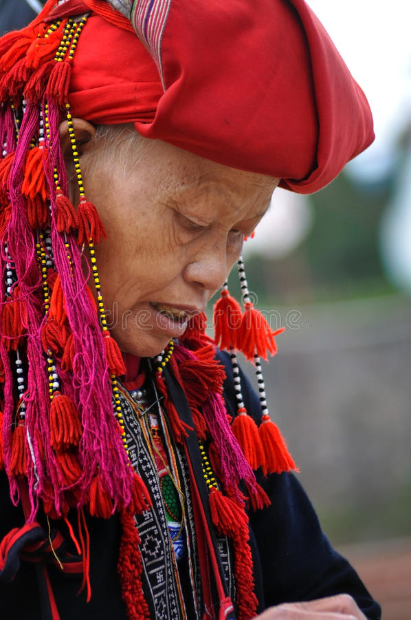 Κόκκινη γυναίκα εθνικής μειονότητας Dao με το τουρμπάνι σε Sapa, Βιετνάμ στοκ φωτογραφία με δικαίωμα ελεύθερης χρήσης