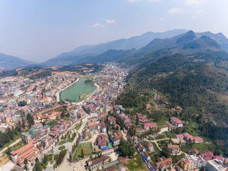 SAPA, ВЬЕТНАМ - 5-ОЕ МАРТА 2017: Осмотрите сверху города Sapa в северо-западном Вьетнаме Город стоковая фотография rf