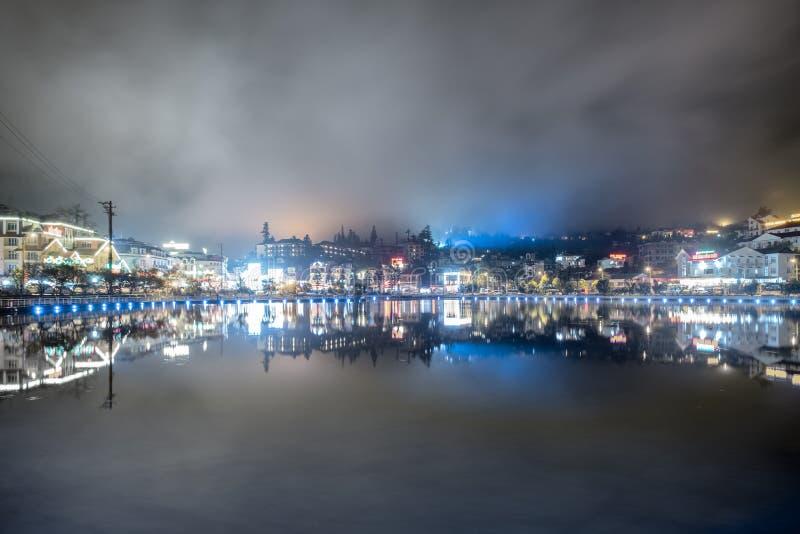 Sapa, Вьетнам: 7-ое сентября 2017: Украшение освещения города точки зрения в лагуне туманной стоковые изображения